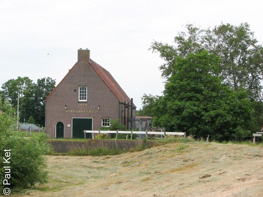 "Taken at Latitude/Longitude:52.593394/6.090091. 0.36 km West Hasselt Overijssel Netherlands <a href=""http://www.geonames.org/maps/google_52.593394_6.090091.html""> (Map link)</a>"